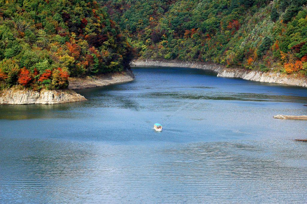 紅葉の青葉湖 屋形船遊覧運航